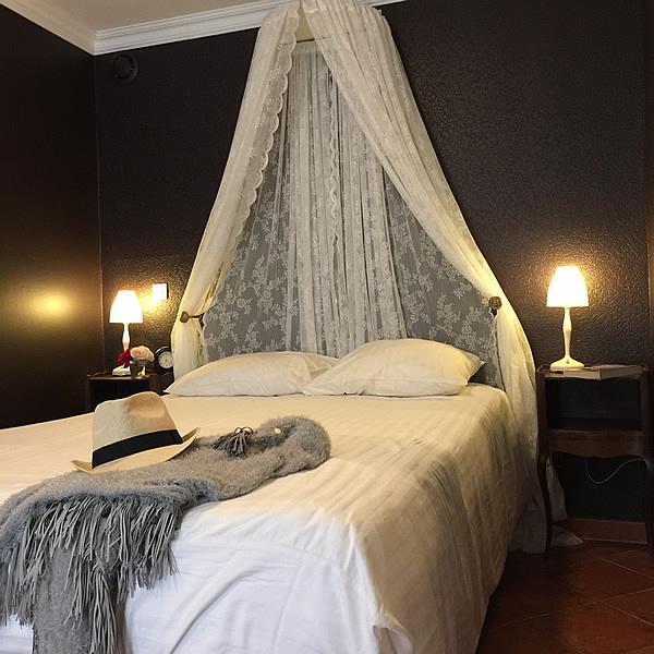 Ein shöne Suiteschlafzimmer mit Klimaanlage