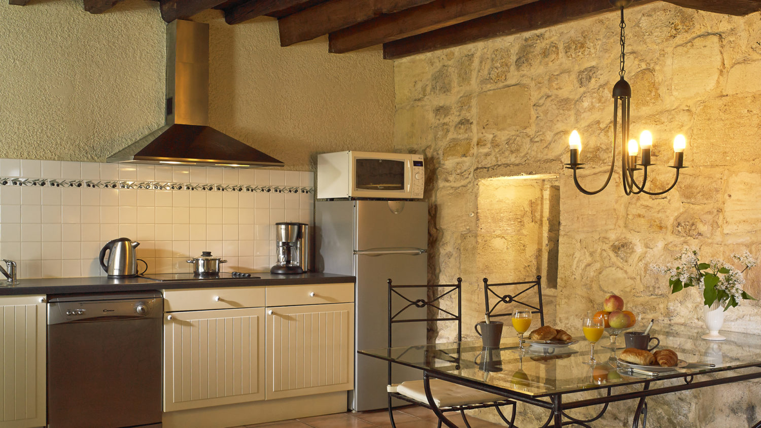 "Cottage ""Margaux"" (2 pers) dining/kitchen area with fridge/freezer + dishwasher"