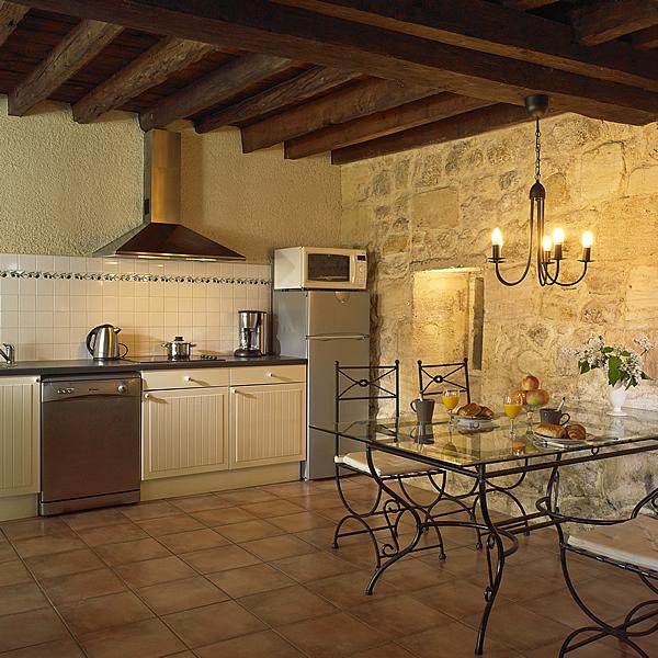 Margaux beschikt over een moderne lichte eetkeuken met vaatwasser