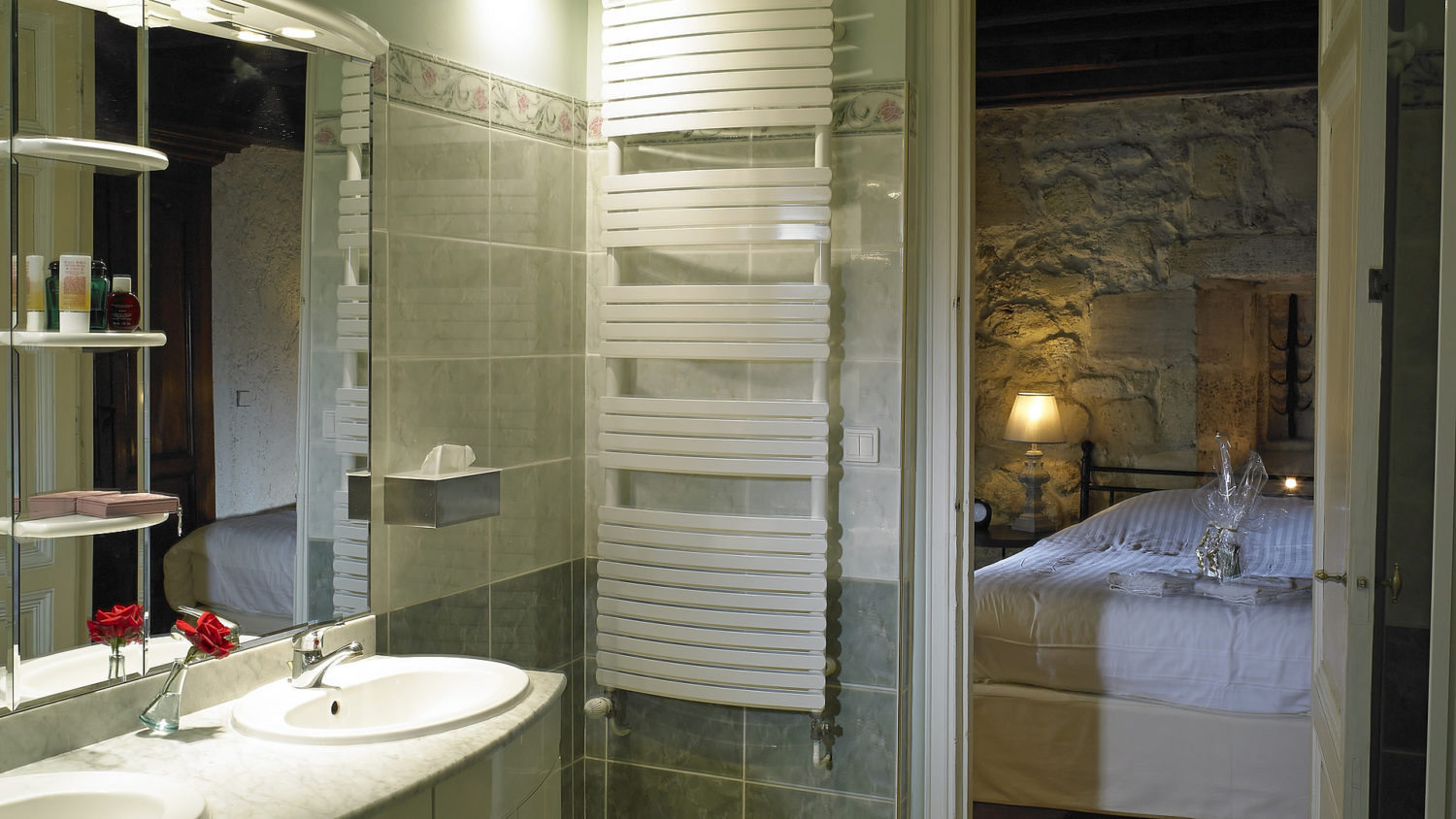 "Cottage ""Margaux"" (2 pers): Lovely bathroom with jacuzzi and separate shower"