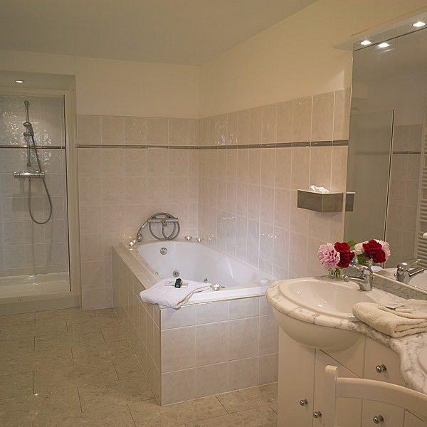 Pauillac boasts a spacious bathroom with a jacuzzi bath, a separate shower, two washbasins and a WC