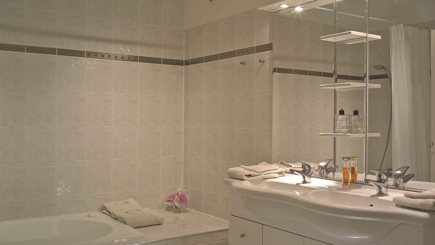 Pomerol (4 pers) spacious bathroom with a jacuzzi bath, two washbasins and a WC